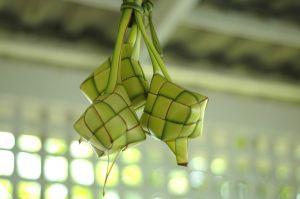 https://idesmart.files.wordpress.com/2011/09/ketupat-digantung.jpg?w=300
